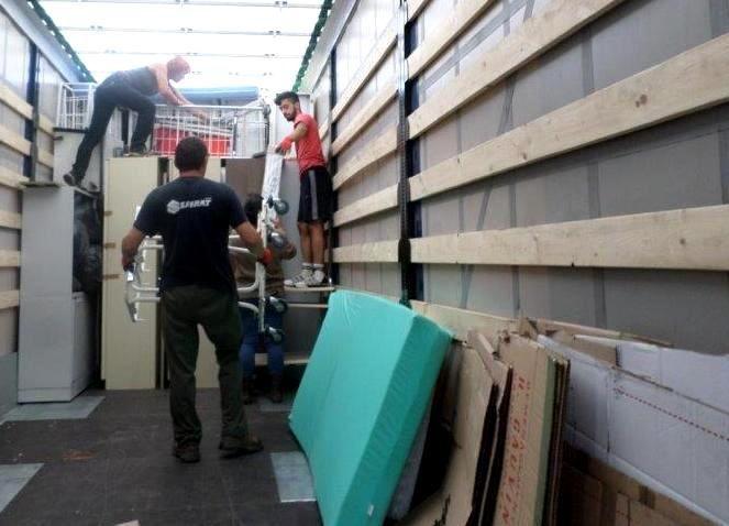 Le destinataire payant la plupart des frais de transport, nous prenons soin de charger le maximun de matériel utile, jusqu'au plafond :)