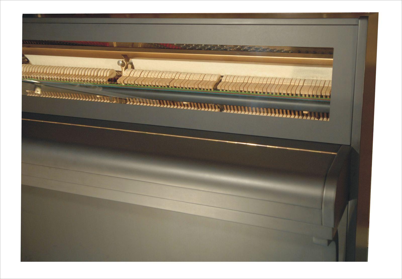 PIANO gainé noir mat et panneau haut en verre
