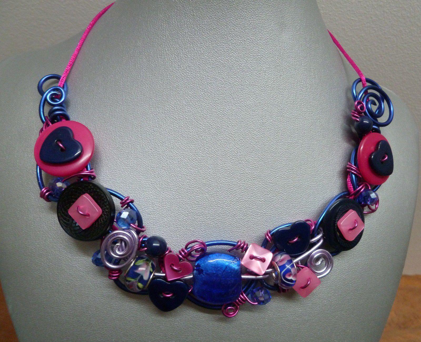 Collier en fils d'alu colorés roses et bleus,boutons et perles coordonnés .