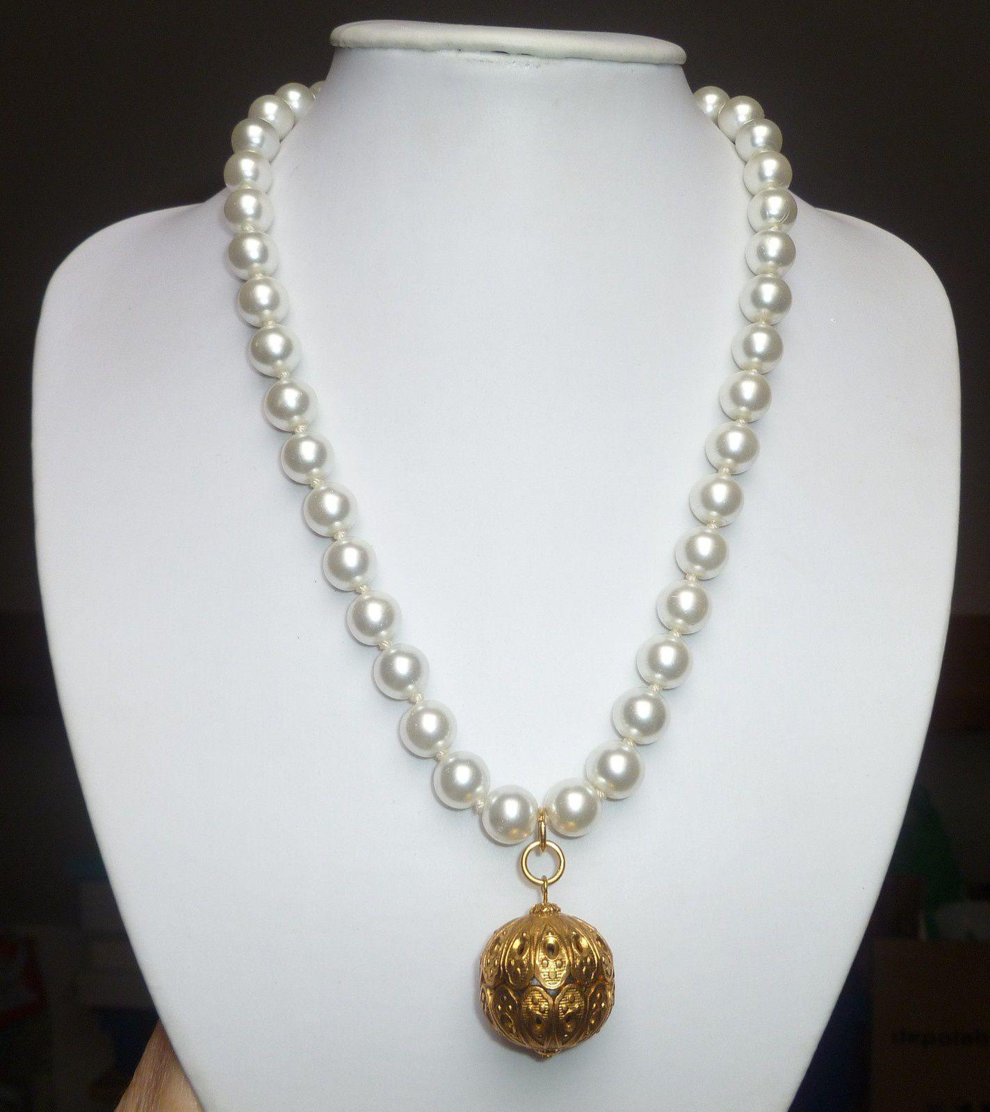 collier de perles et breloque doré.