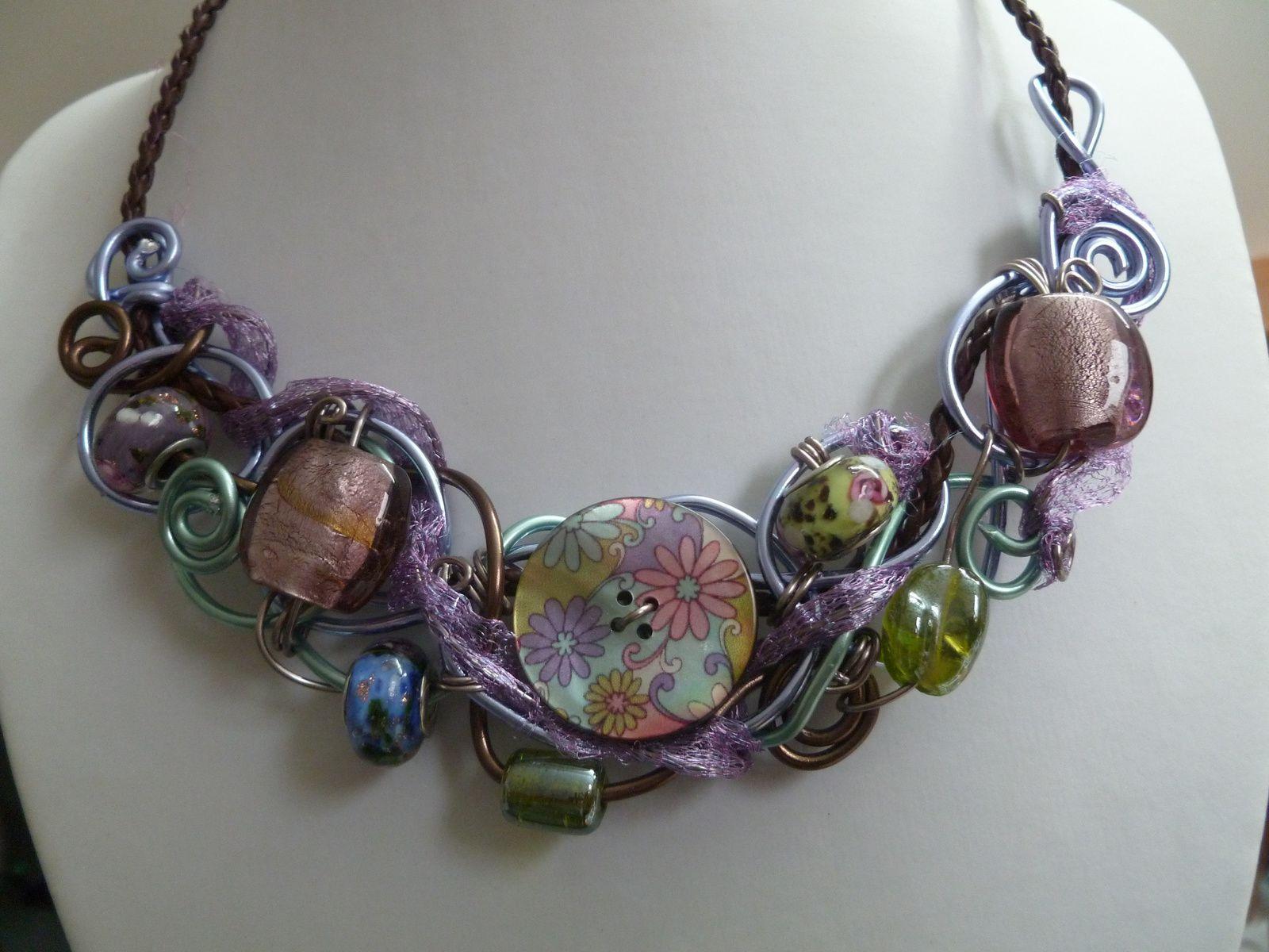 Collier en boutons ,perles et fils d'aluminium couleur pastel pour l'été