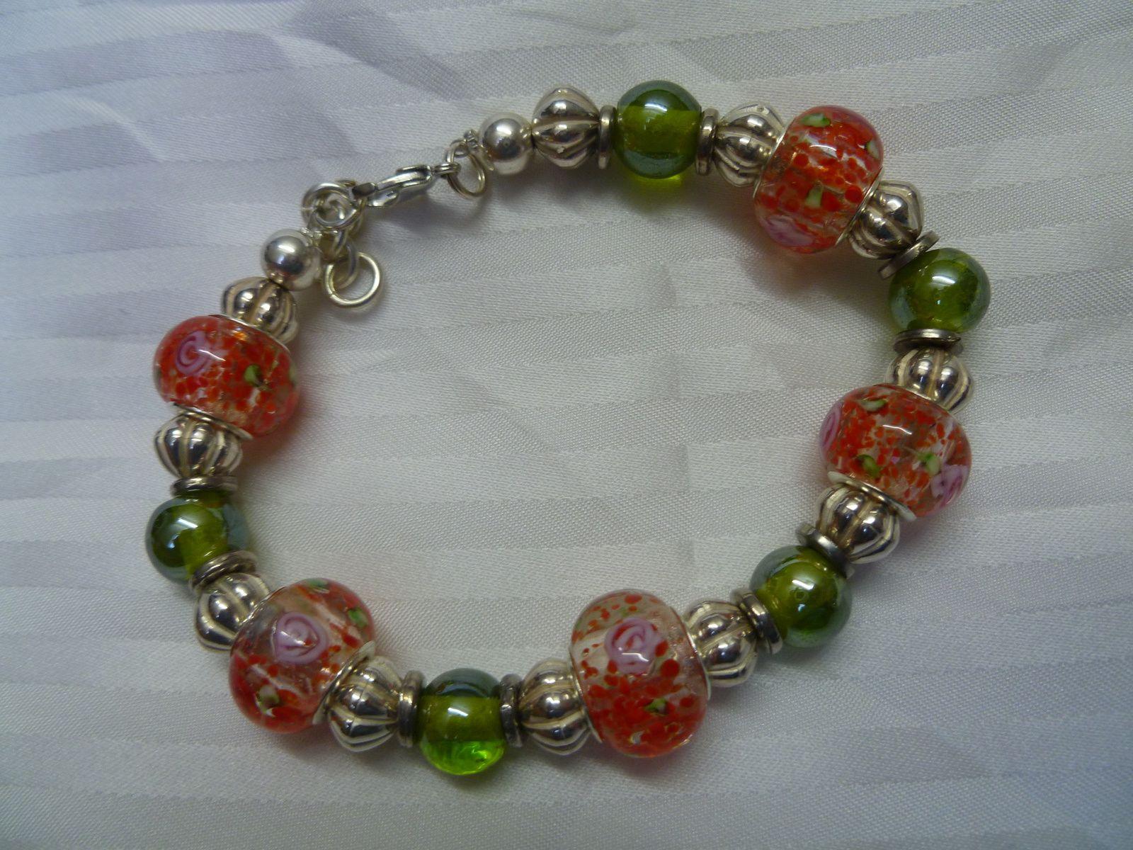 Bracelet en perles panduro orange et vert .