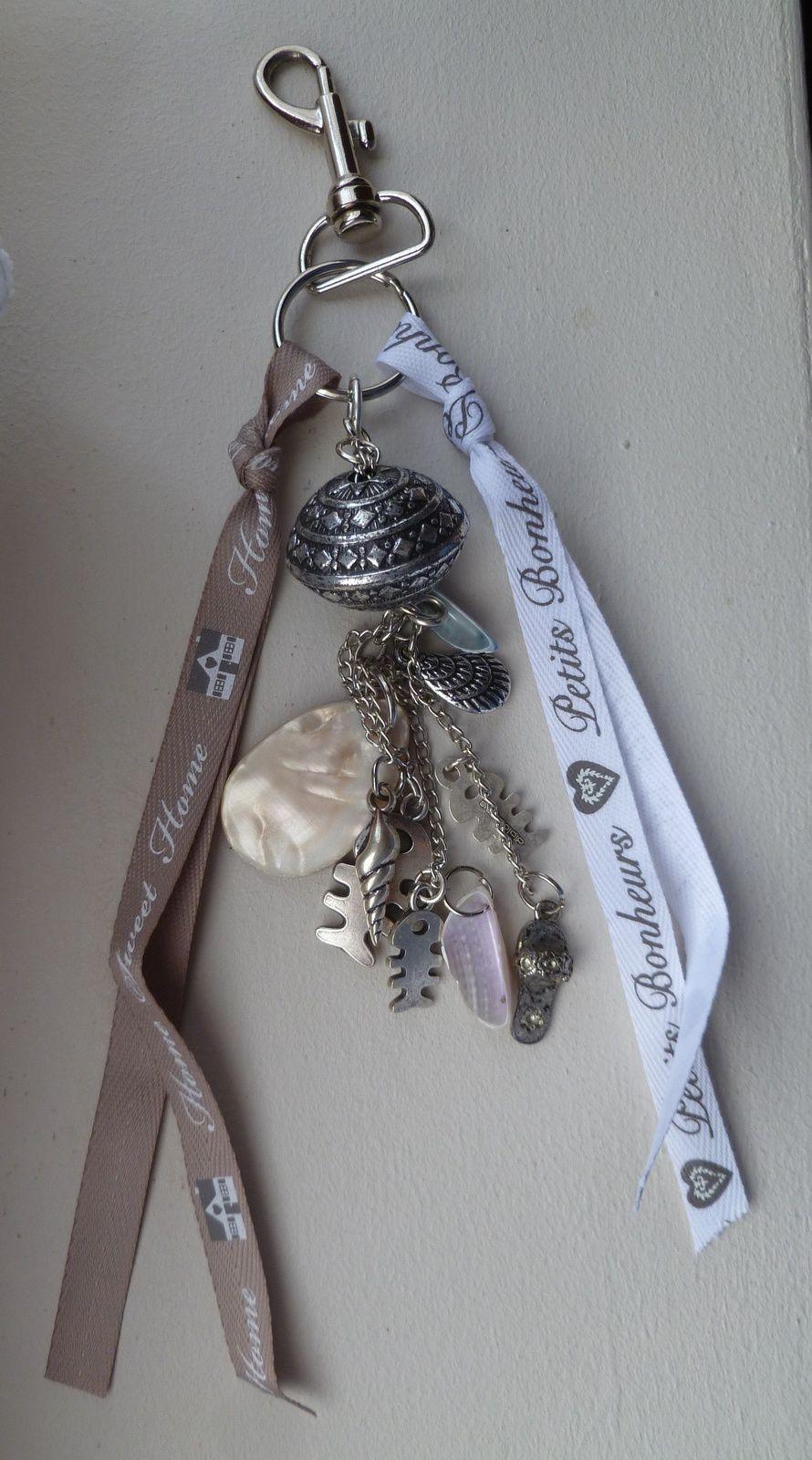 porte clé breloques avec coquillages et rubans gris.