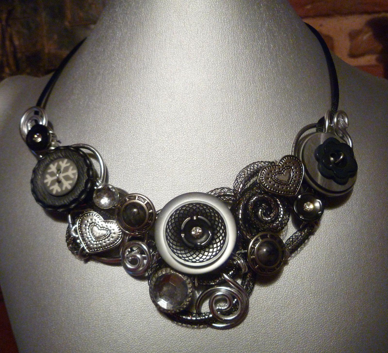 Collier en fils d'alu argent  et boutons gris pour cette élégant collier.