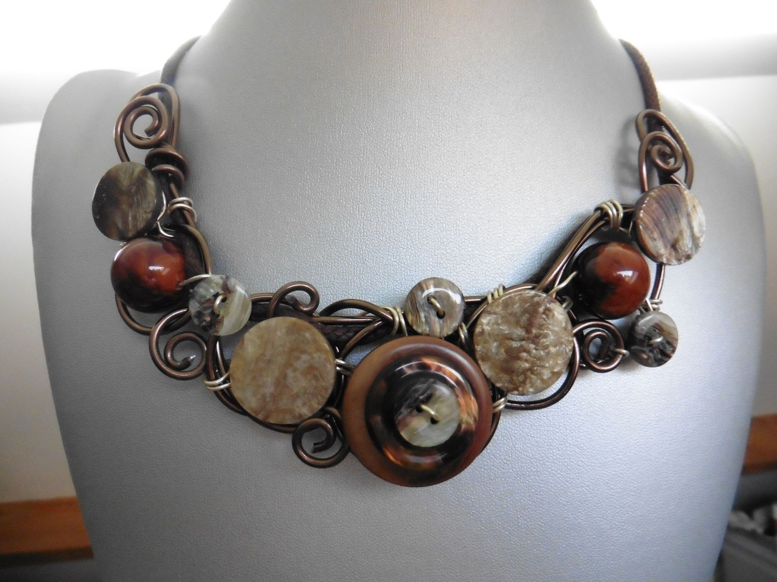 collier en fils d'aluminium et boutons en cornes et nacre.