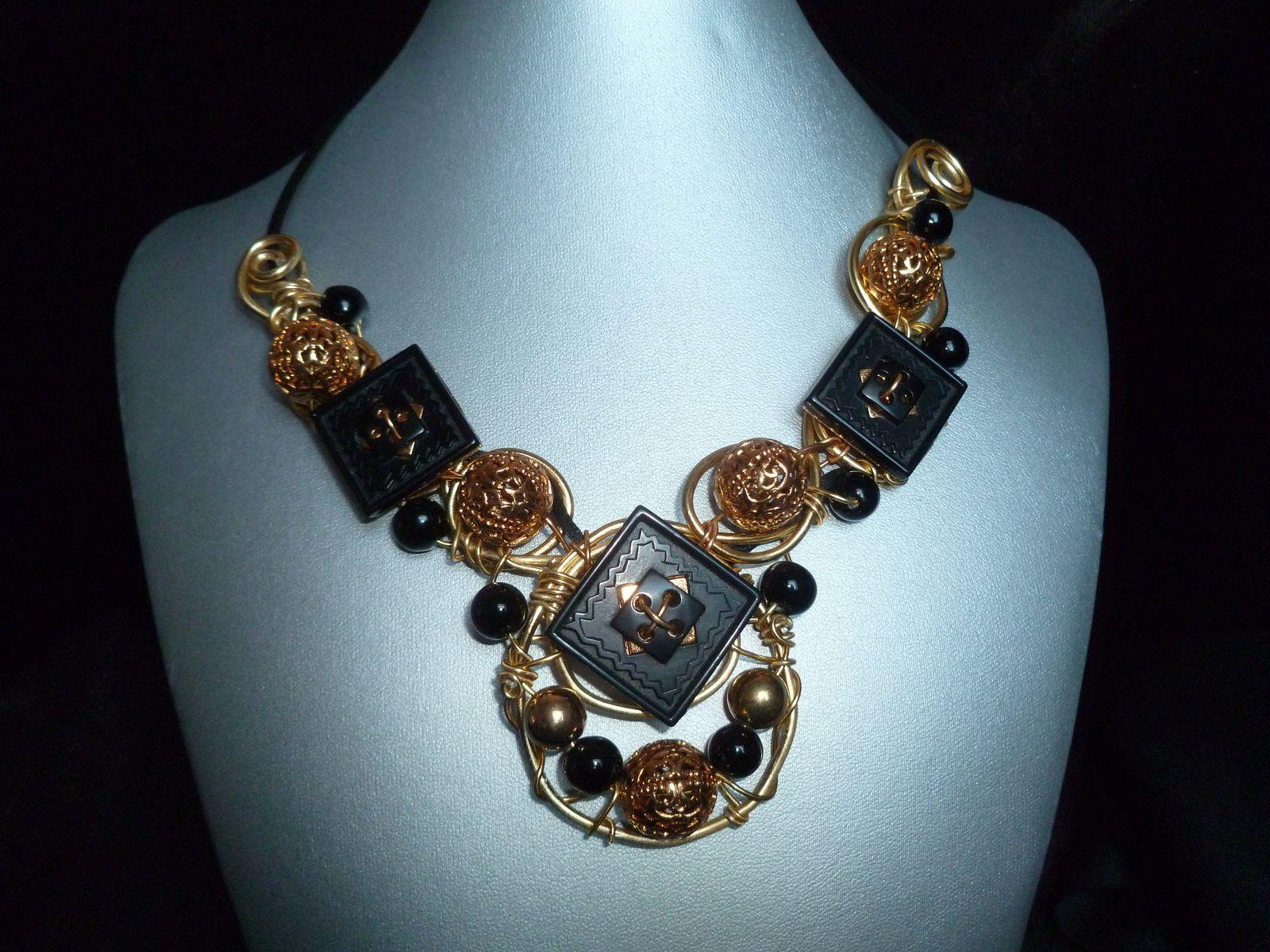 Collier en fils d'aludoré ,boutons noires  et perles dorées ajourées.