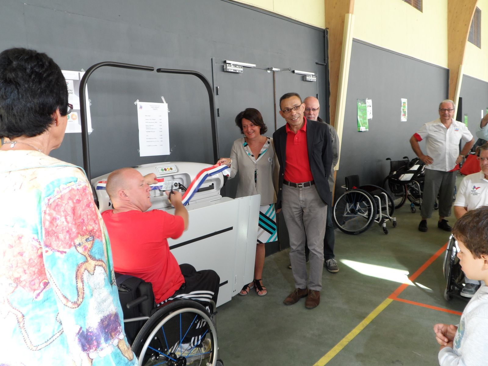Ensuite Mickael coupe le ruban tricolore qui libère officiellement l'élévateur.