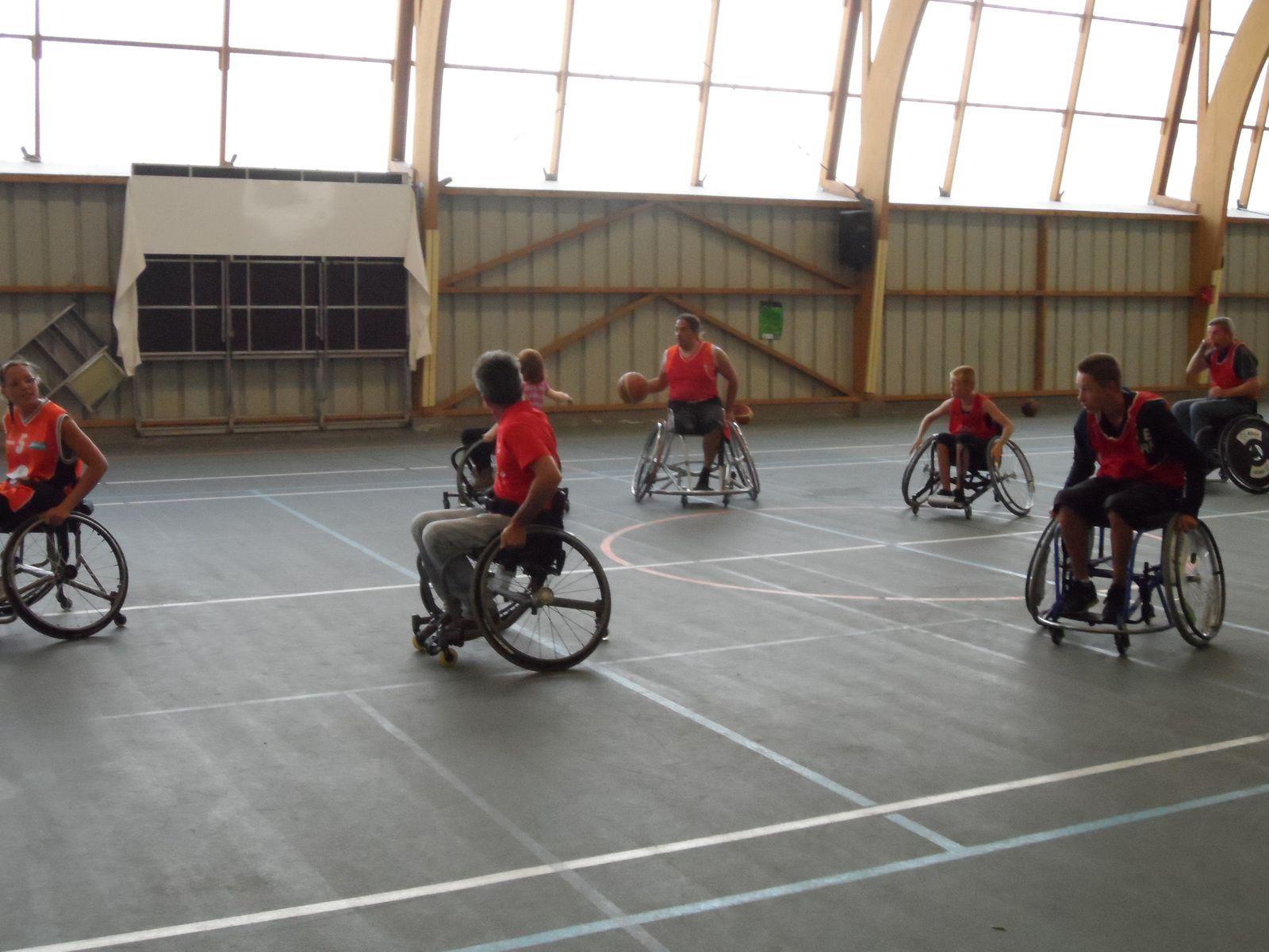 Dans le gymnase, des matchs de badminton, de basket et de tennis se sont déroulés en fauteuil. Il y en avait à la disposition des spectateurs qui ont pu se rendre compte de ce handicap.
