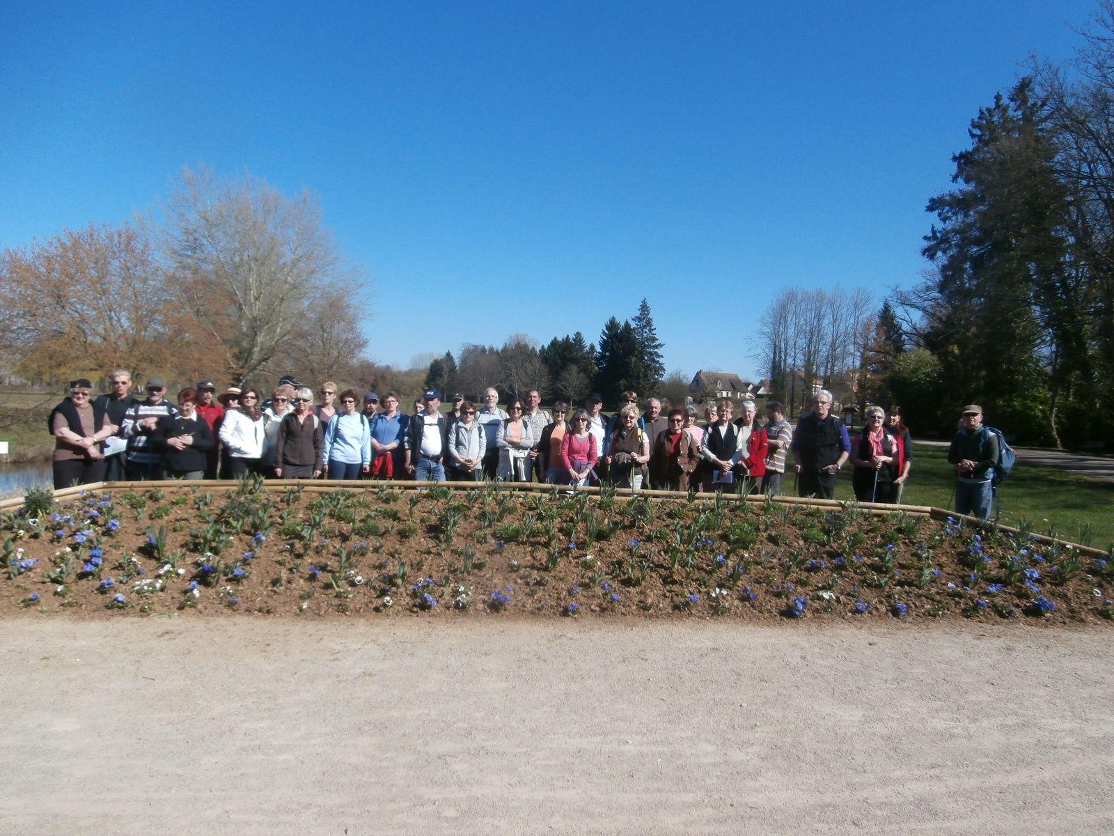 On commence par une photo de groupe avant de sortir de cette esplanade.