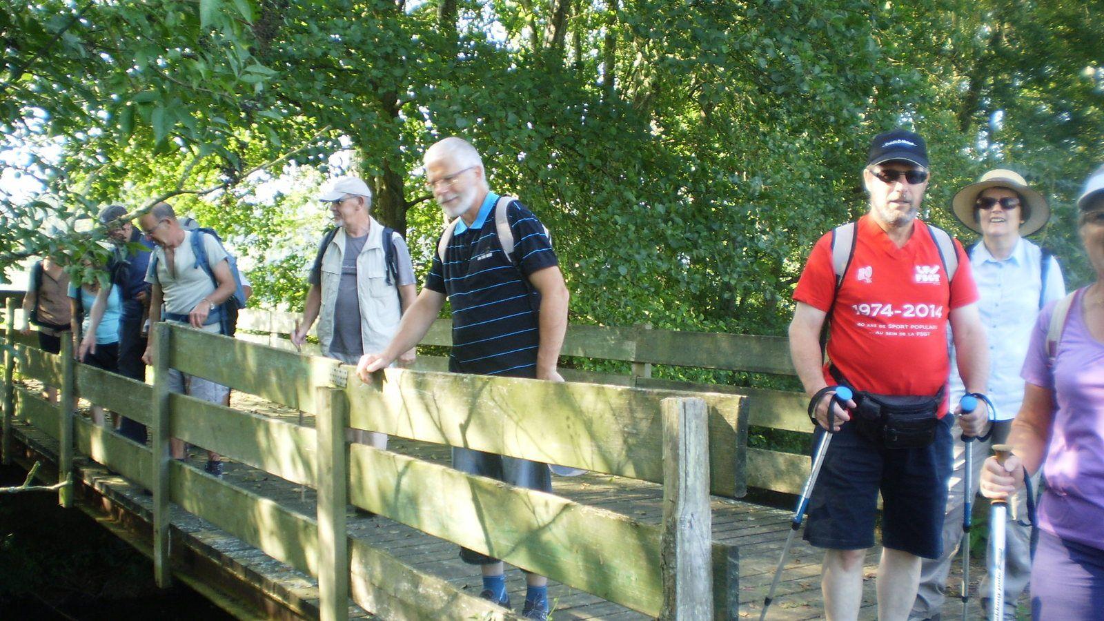 Et on traverse de nouveau la rivière sur une passerelle en bois.