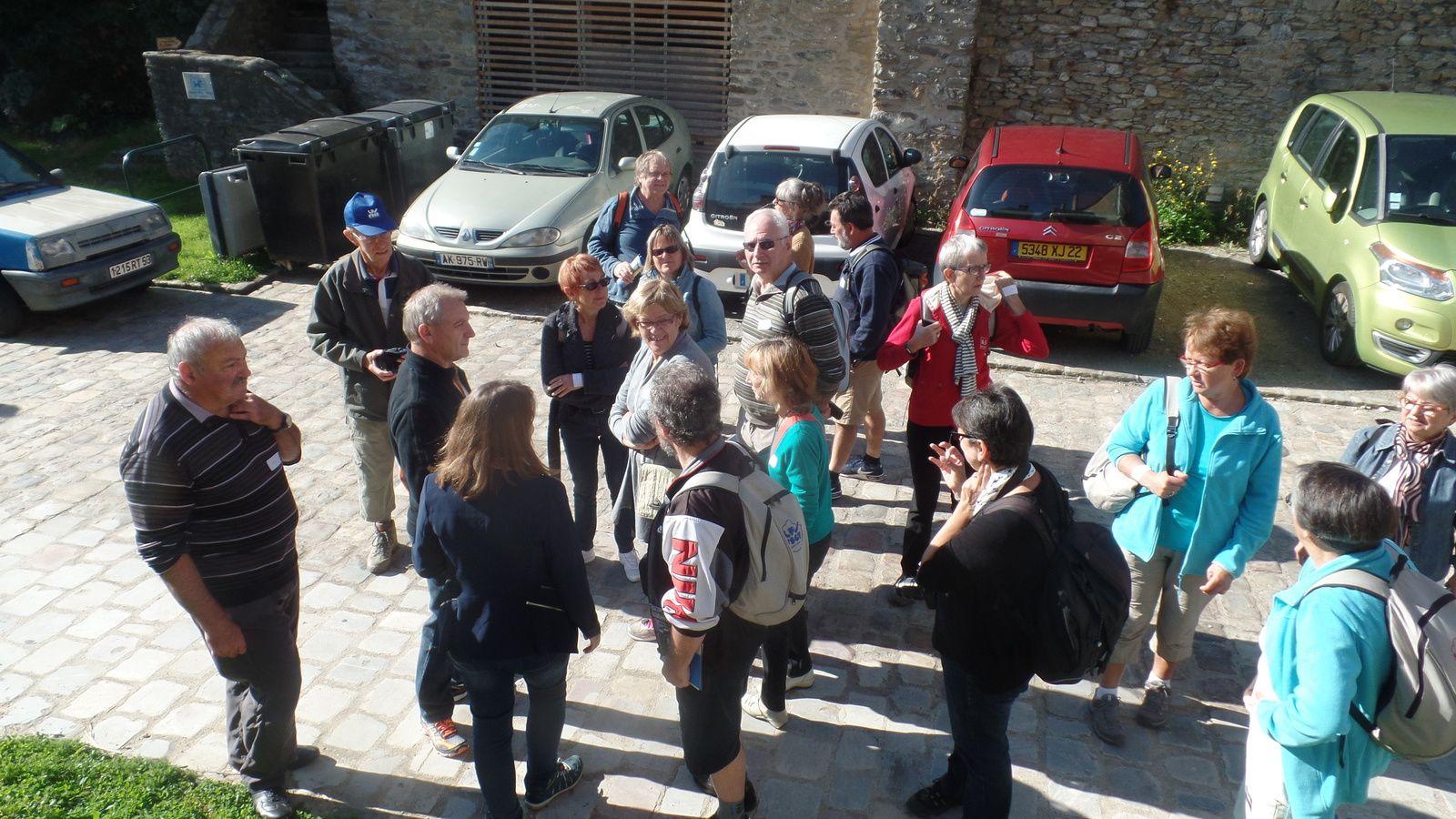 On attend notre guide à l'entrée de la cour du château pour visiter le donjon.