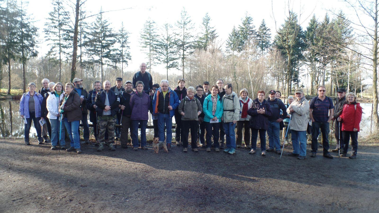 Première photo de groupe au bord du petit étang.