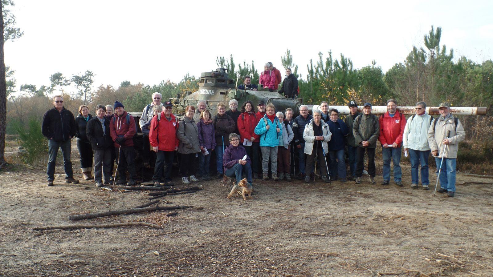 En longeant le camp d'AUVOURS, on en profite pour faire une photo de groupe près du vieux char qui va finir ses jours ici.