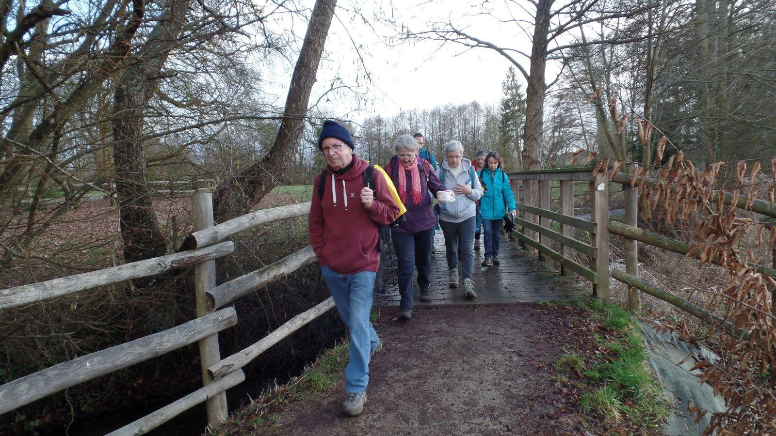 On longe de nouveau le ruisseau du GUE CARRE en le traversant plusieurs fois sur des passerelles en bois.