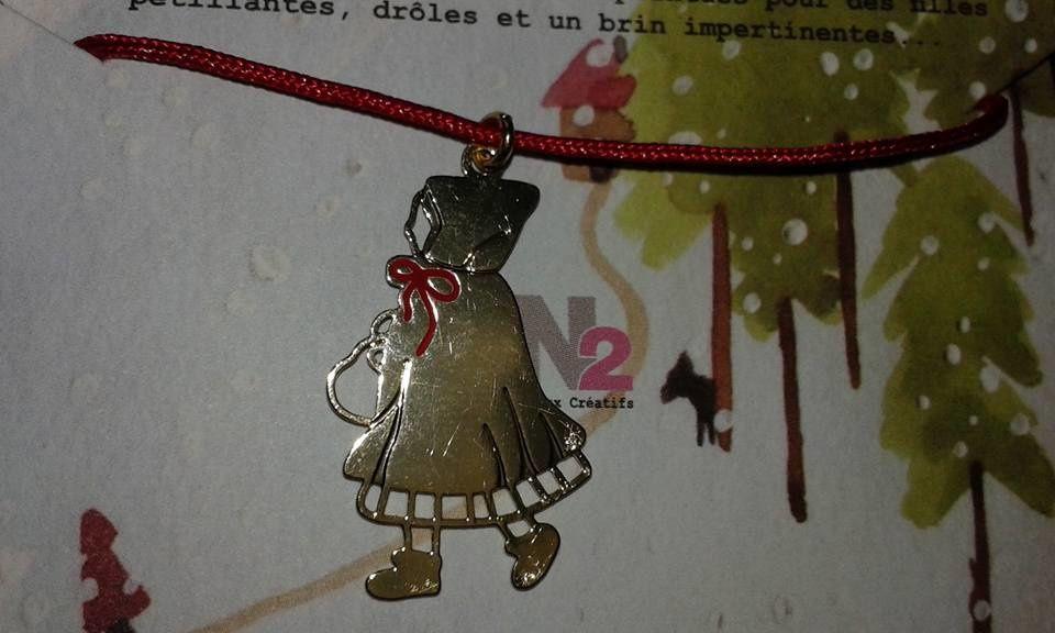 """""""CONTES DE NOËL"""" et ce mignon bracelet ou pointe le chaperon rouge! que signe la maison de bijoux N2, une exclusivité GLOSSYBOX crée pour ce coffret"""