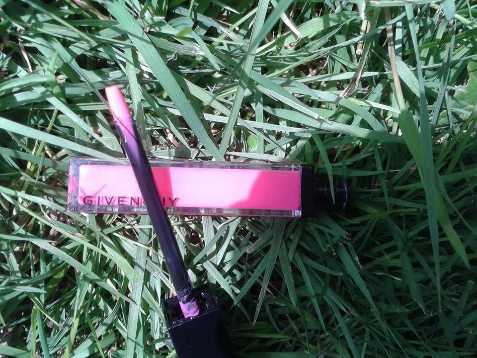 gloss interdit N°39 fancy pink, couleur brillante mais un pinceau pas très pratique