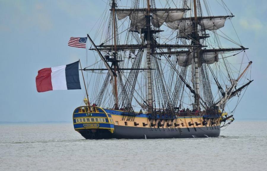 Au large de l'Île d'Aix (Charente-Maritime), samedi soir. Cap vers le Nouveau Monde pour la réplique moderne de l'Hermione, la frégate qui a permis en 1780 à La Fayette de rejoindre les insurgés américains contre la Grande Bretagne.