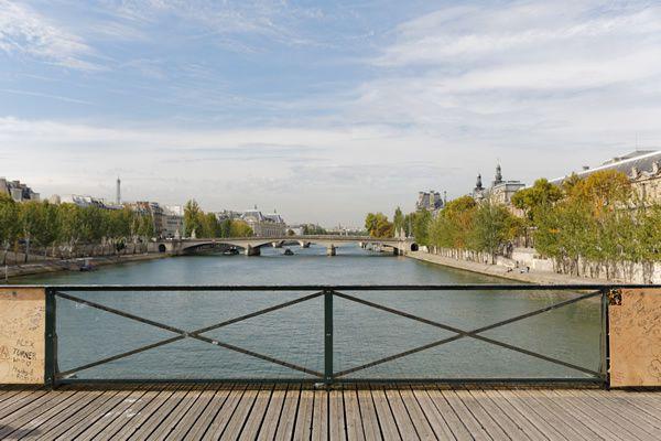 Le retrait définitif des cadenas du Pont des Arts a débuté. Cette opération laissera la place aux oeuvres de 4 street artistes, à découvrir jusqu'à l'automne. Des panneaux vitrés seront alors posés sur l'ensemble du pont.