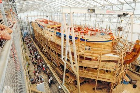 l'Hermione a été construite dans une forme de radoub classée Monument historique, sorte de «berceau» de pierre qui a permis l'installation d'un ensemble de passerelles et coursives rendant possible la découverte du navire tout au long de sa construction.