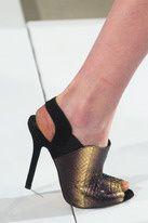 Structurales et sophistiquées, les sandales s'allègent en cuir et prennent de la hauteur.