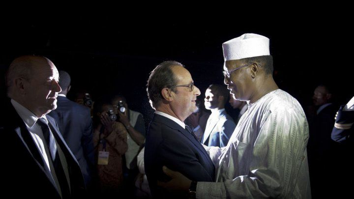 Tchad-France: Hollande dans les bras d'un dictateur (photo)