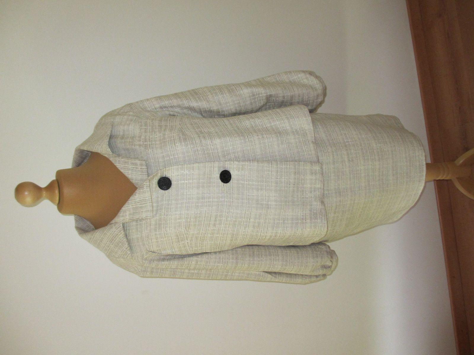 Tailleur  veste et sa jupe de couleur : vert amande, en polyester, laine et autres fibres.  C'est un tissu assez lourd et qui a une bonne tenue.      Composition : polyester, laine et autres fibres  Entretien : Lavage à la machine à 30°C. Éviter le séchage à la machine. Le repassage peut être fait à basse température