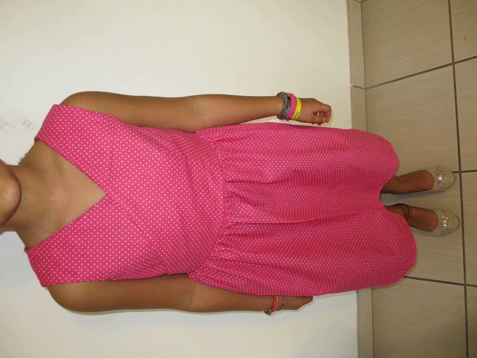 Jolie robe fille avec décolleté cache-cœur, et des manches courtes à imprimé à pois. Disponible en taille 12 ans, 14 ans et Fabriqué sur commande, Fait main, 100% coton, 52 € la robe