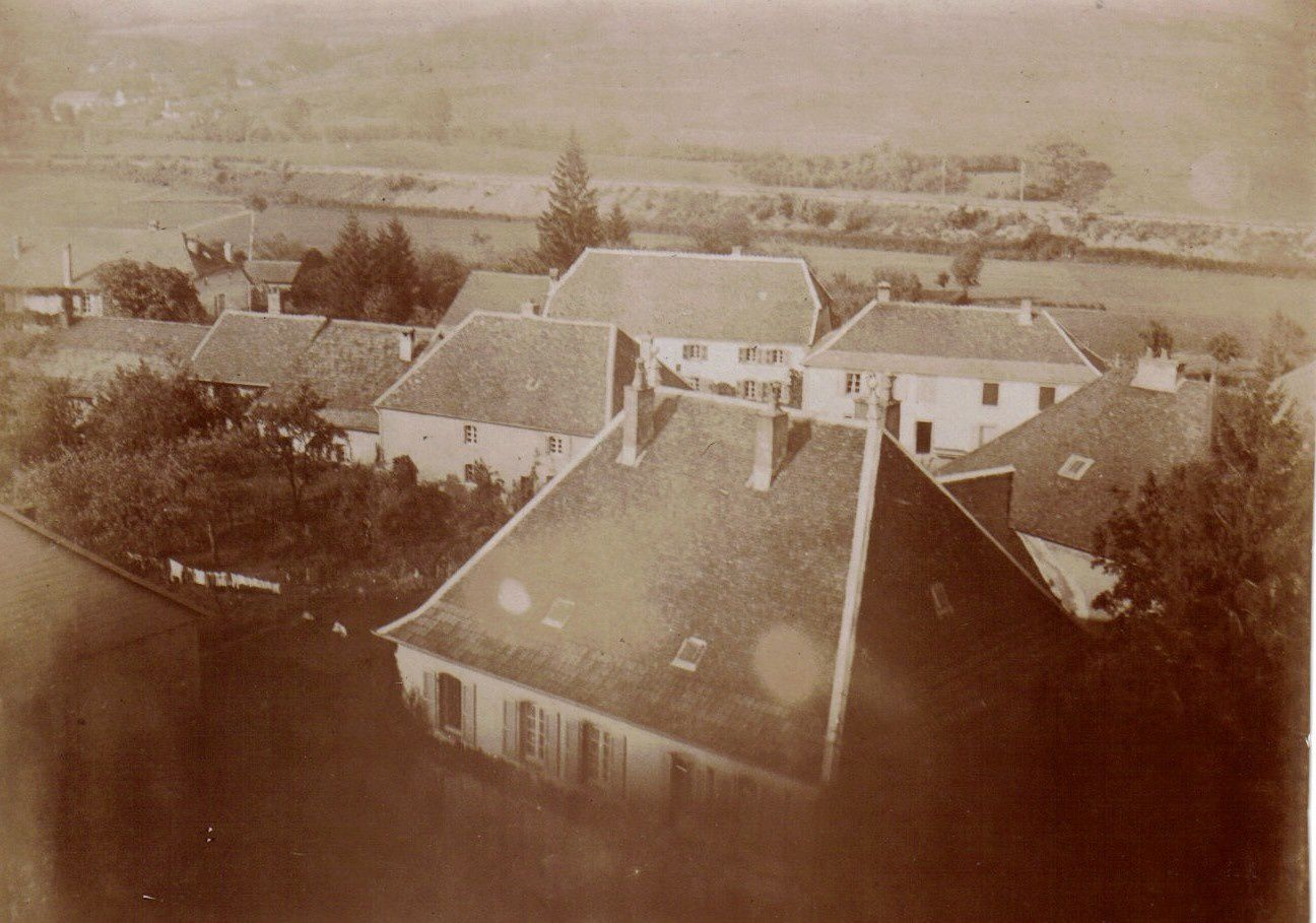 Depuis le clocher en 1905, au premier plan la cure (photo Mozer)