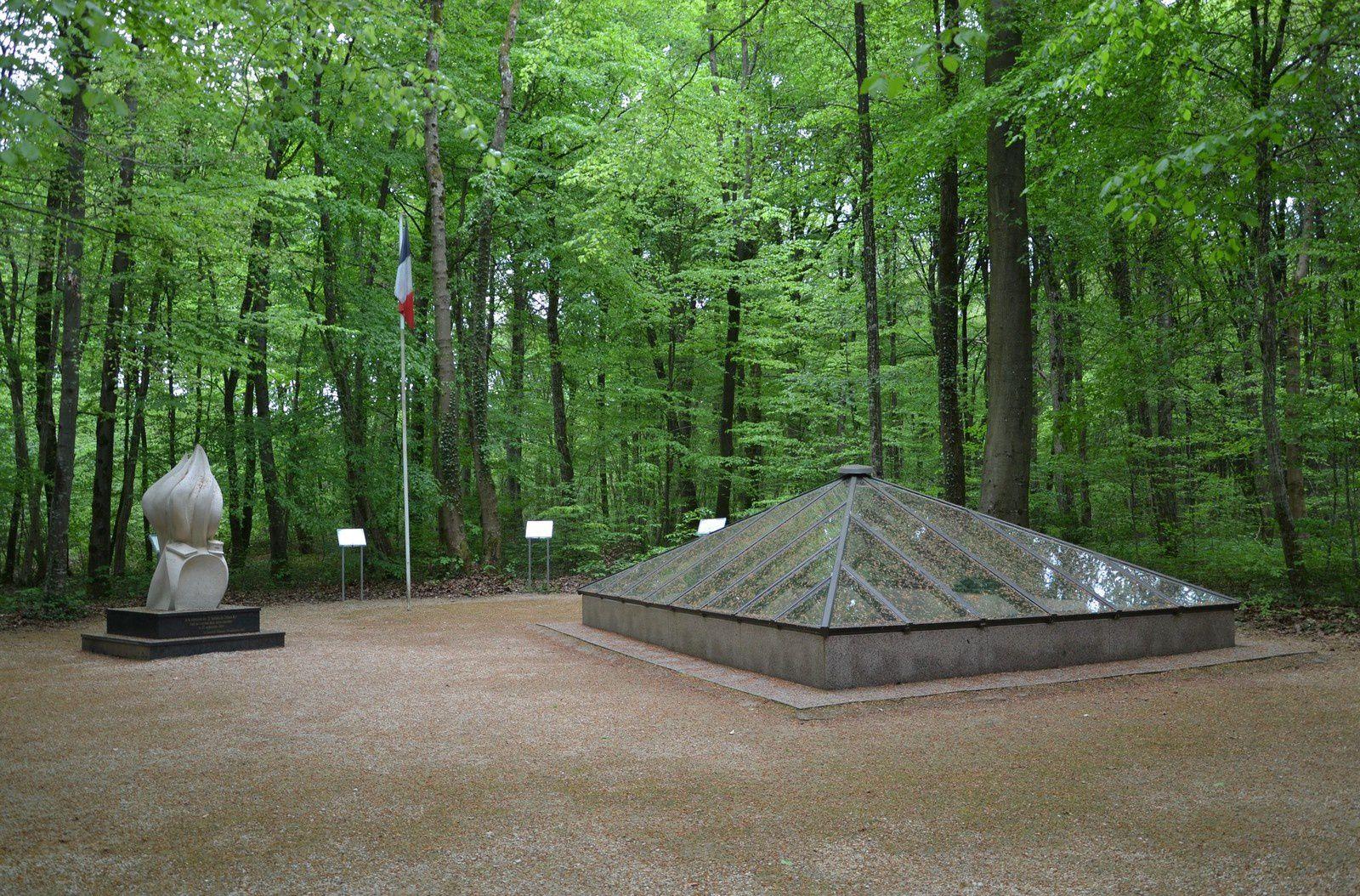 Les Eparges : Alain Fournier - la tombe d'Alain Fournier à Saint-Rémy-la-Calonne - La fosse où furent retrouvés Alain Fournier et ses hommes en 1991.