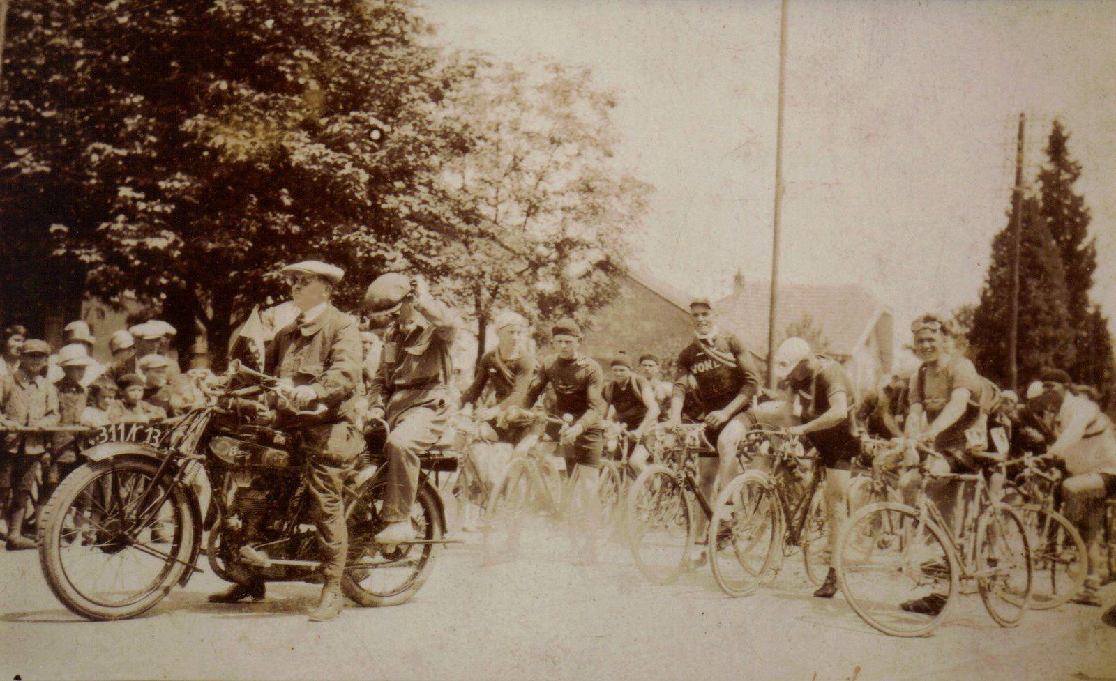 Vers 1925, au centre de Champagney le départ d'une course cycliste. Nous sommes devant la pharmacie Vendrely au niveau de l'actuelle auto-école. Edmond Boillat sur sa moto ouvre la course. Derrière lui Cordier. Sur la droite (avec des lunettes) Marcelin Fury (qui tenait un magasin de vélos au centre du village) et à sa droite les frères  Olivier du Ban de Champagney. (Photo Maurice Boillat).