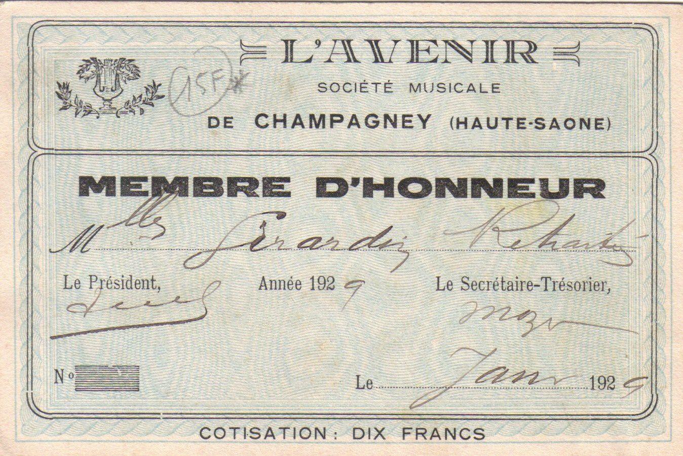 Mlle Girardin qui signe cette carte de membre de l'Avenir fut institutrice à l'école des filles.