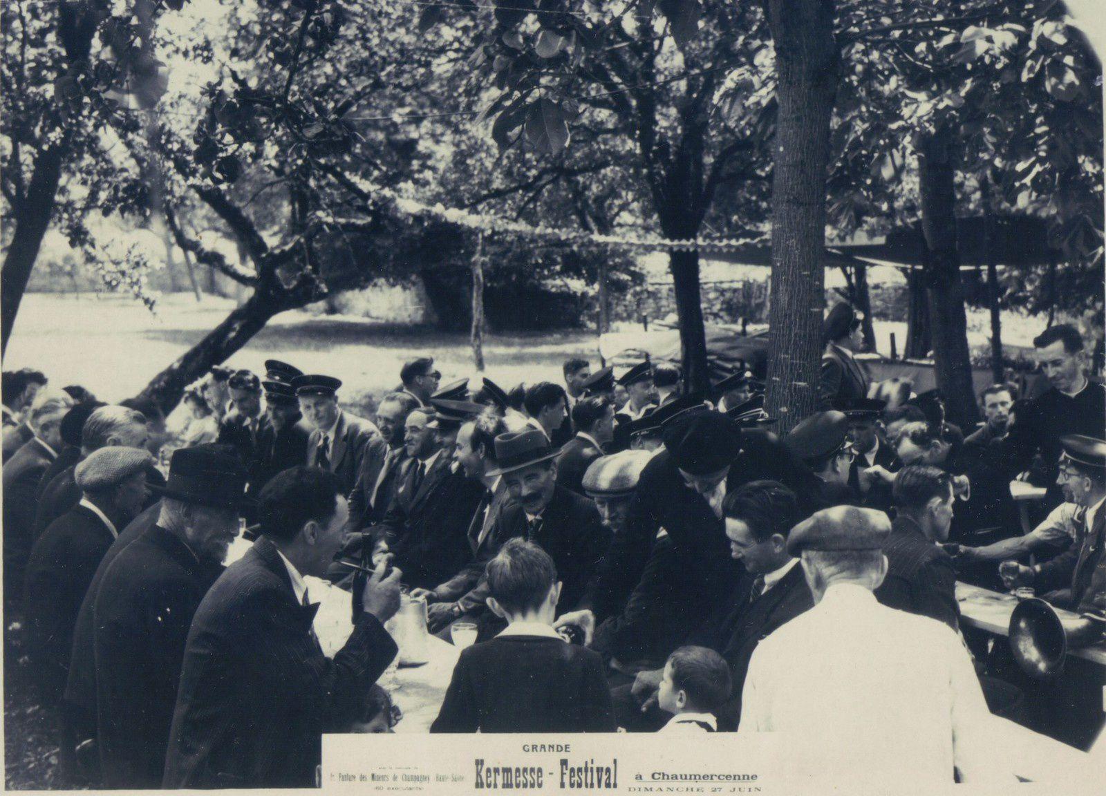 Ces deux photos, avec deux points de vue différents, montrent les mêmes (pas la même année) attablés en plein air à Chaumercenne le dimanche 27 juin. Il est noté « Fanfare des mines de Champagney ». Sur la première photo, se trouve de face, attablé à gauche, le maire de Champagney : Paul Jacquot. On reconnaît aussi Charles Vissler et Eugène Boisot (qui regarde bien le photographe). Paul Jacquot fut maire de Champagney d'octobre 1947 à février 1951.