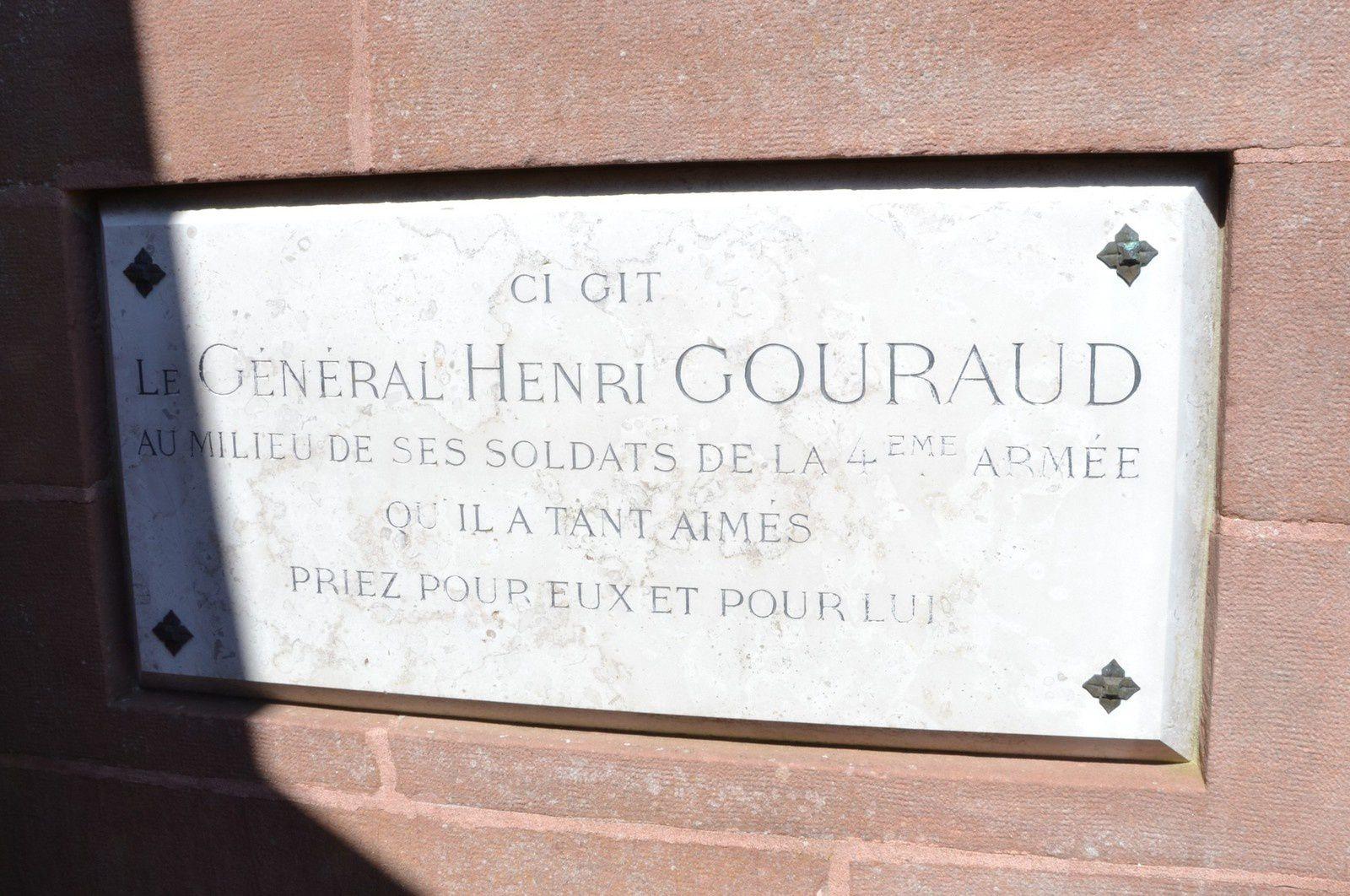 Des vestiges de tranchées tout autour du monument