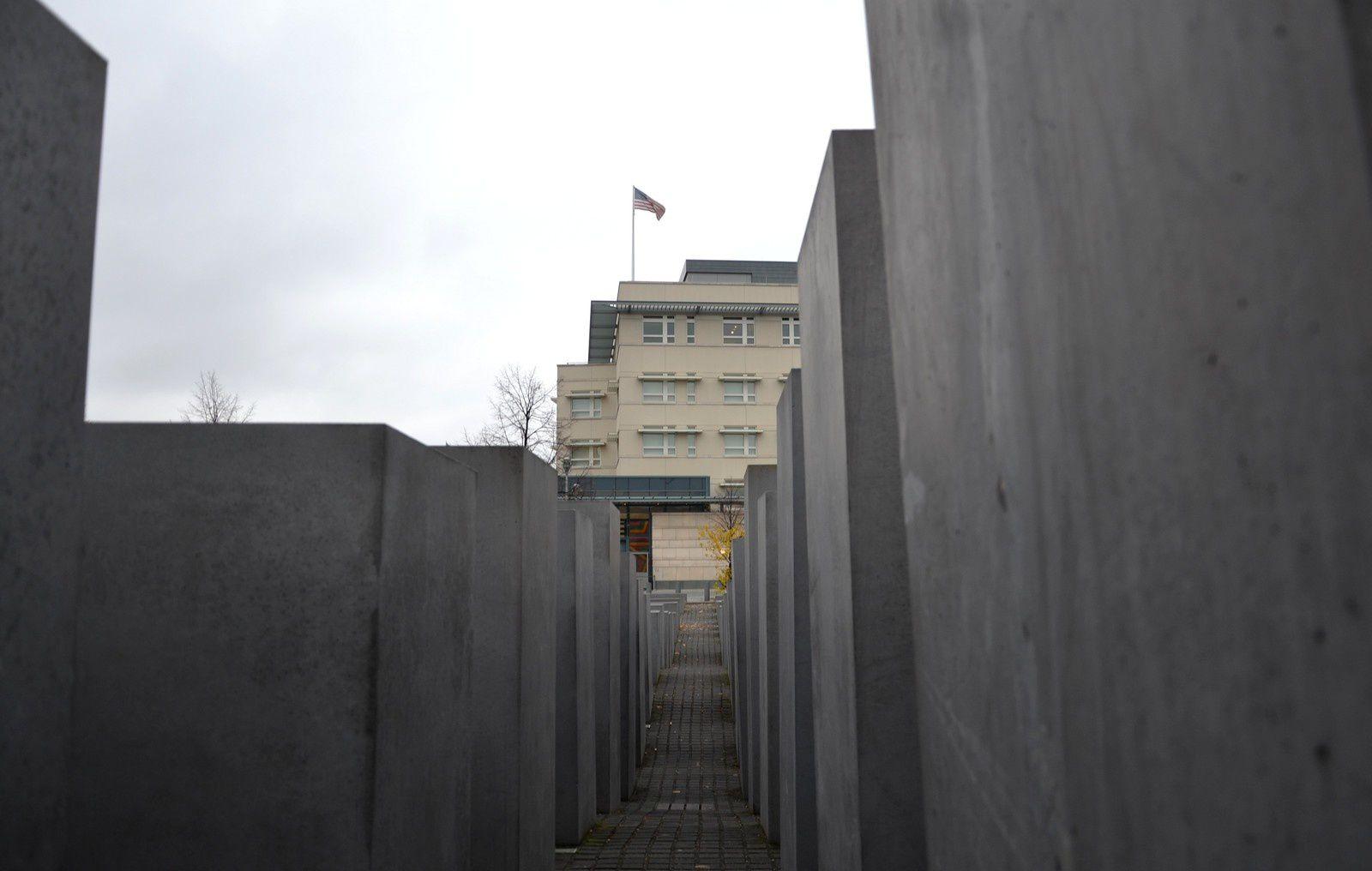 Au fond, l'ambassade des Etats-Unis