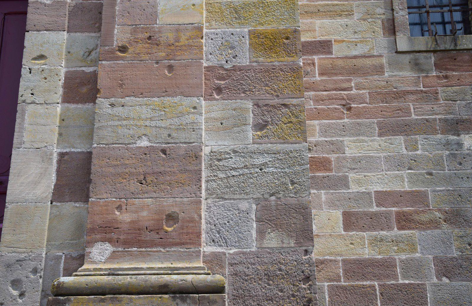 L'église après les bombardements de 1944 - Le gros trou réparé et traces d'éclats d'obus