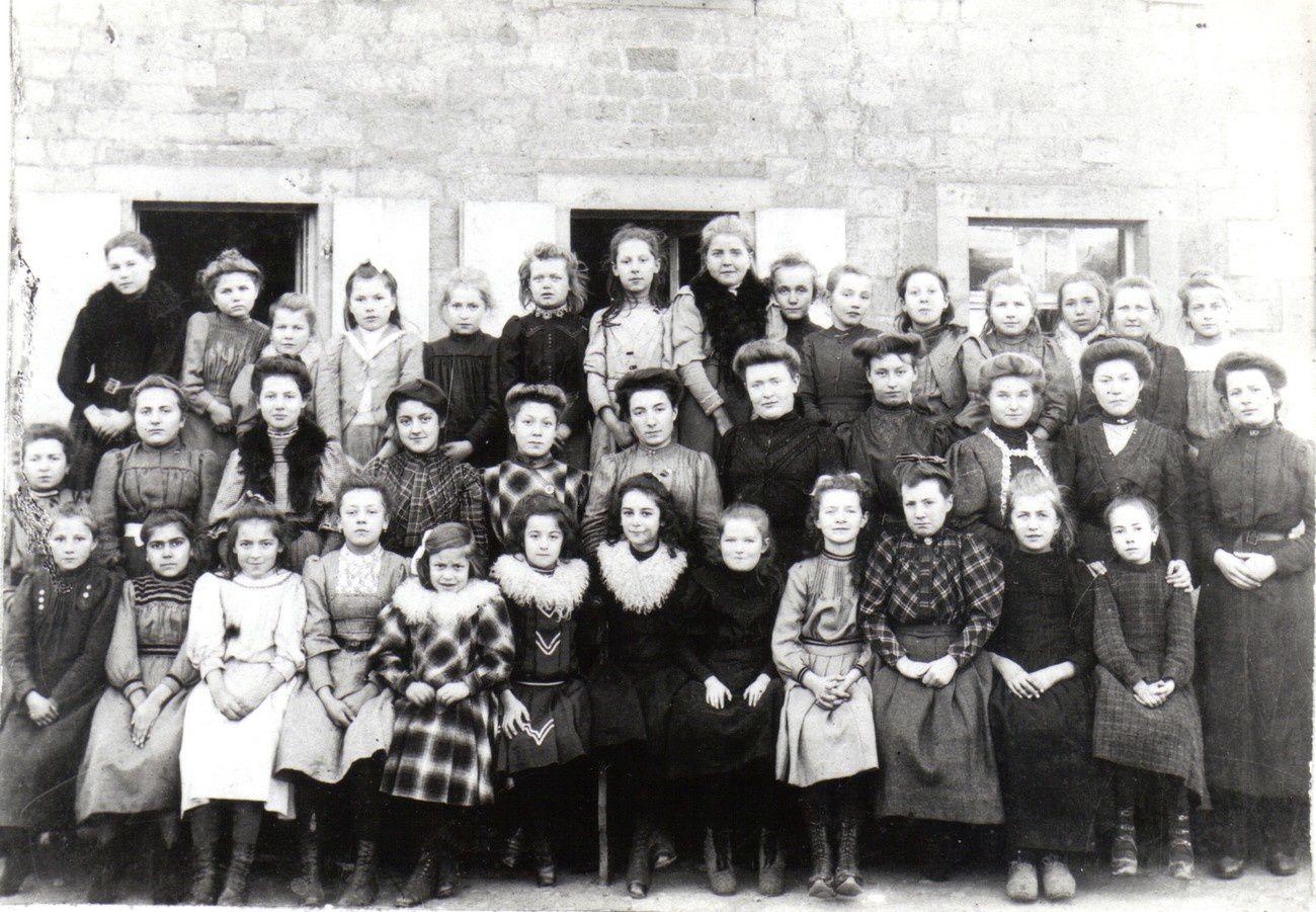 Les filles en 1902. Leur école est l'ancienne Maison des Soeurs.