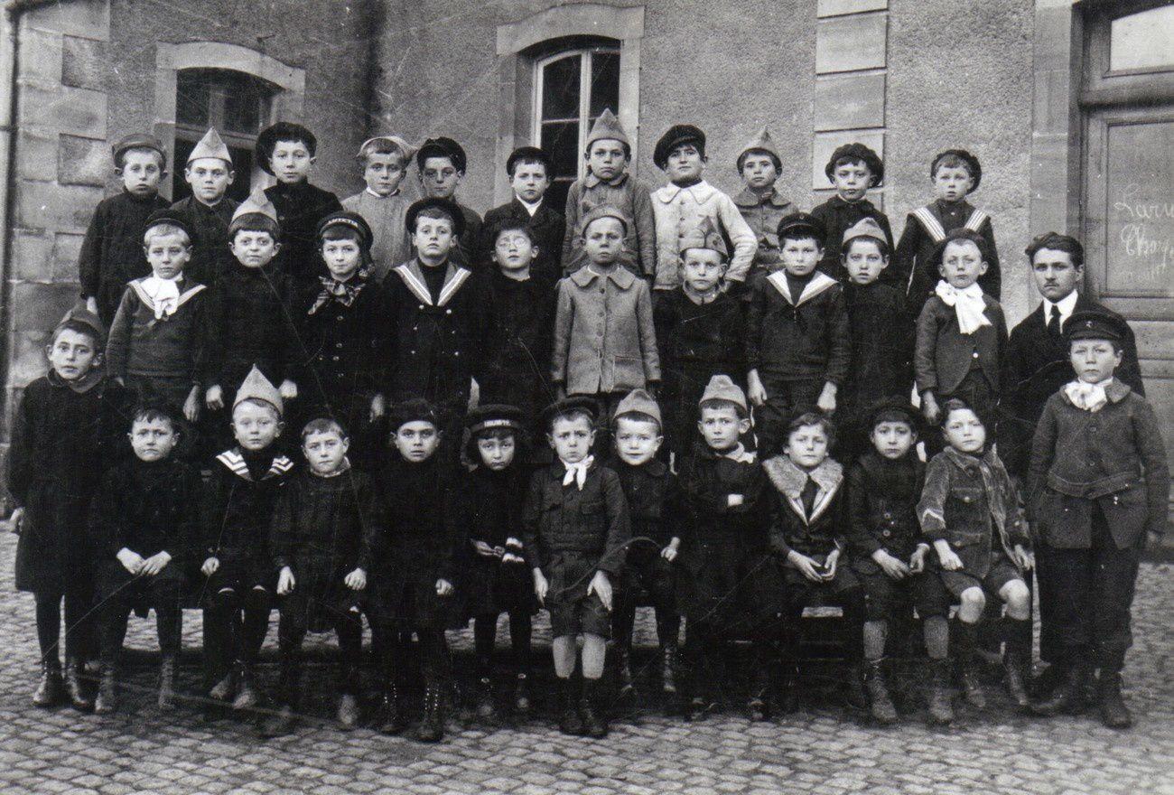 Georges Frechin et sa classe en 1918 au centre - De gauche à droite et de haut en bas 1 – Jules Bresson, Lambelin - ? – Hambert, ? , ? , Sarrazin, Baumgartner, ? , Taiclet (Toto), Paul Peroz 2 – Jean Gousset, Henri Haas, René Simonin, André Stiquel, Amet, ?, Pierre Jacquey, ?, ?, Edmond Mozer « Chapot » 3 – Pierre Lalloz, ?, Labbaye « Cochette »,Gable, ?, Mathey « Matador », Maurice Couturier, ?, André, Jean Doll, ?, Jean Voinson, Mettetal