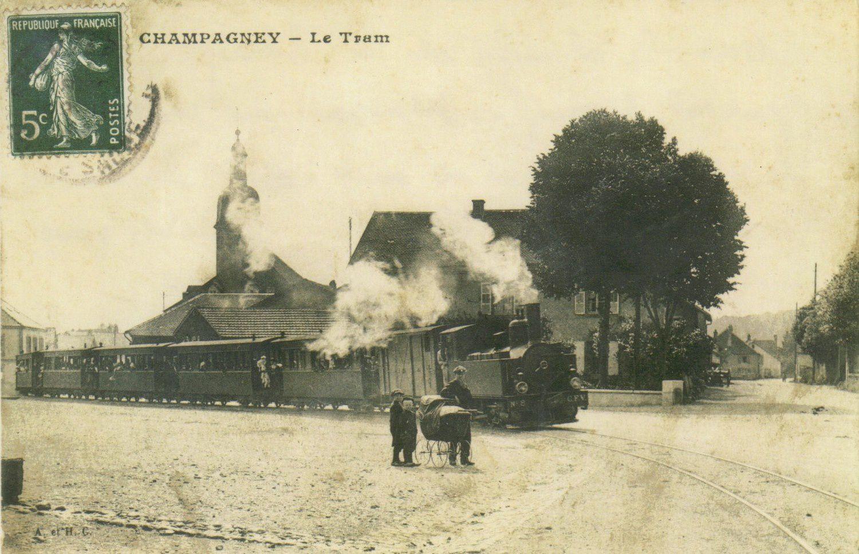Vers 1900, le tramway dans la courbe de la place du village. A noter le grand nombre de passagers.