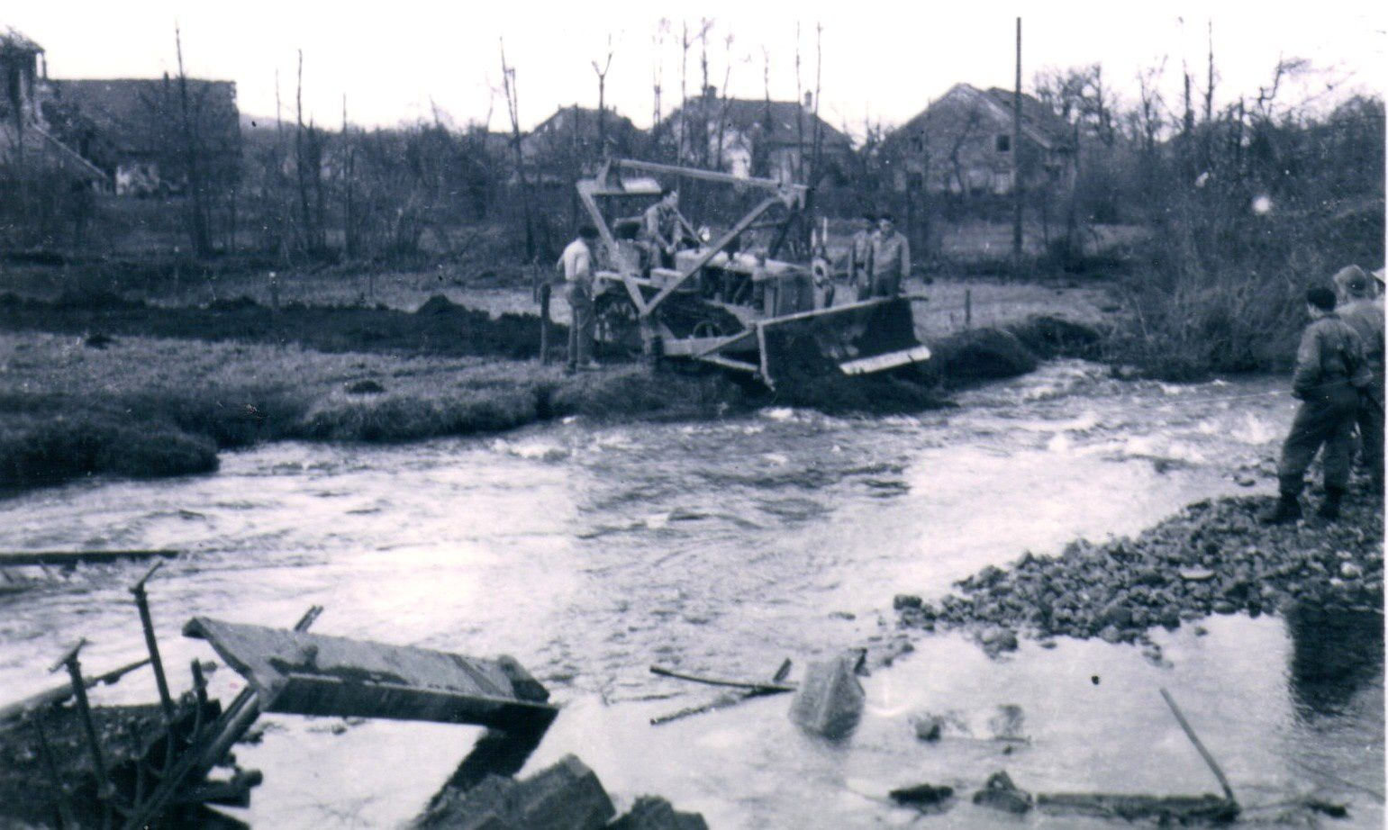 Le bulldozer en action l'après-midi du 19 novembre 1944 (photo Yvette Mathey)