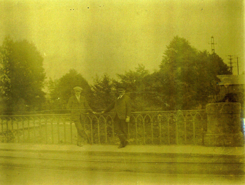 Robert et Paul Cordier photographiés sur le pont de Champagney en 1923 (Il s'agit du père et du grand-père de Paulette Vitali). A noter que la rambarde de métal est exactement la même, à l'époque, que celle du pont du Magny.