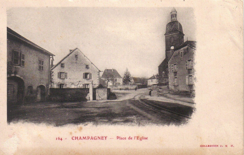 """L'on voit, ici à gauche, une partie de la ferme qui abritait le café """"Torchêne"""" Marsot-Lalloz."""