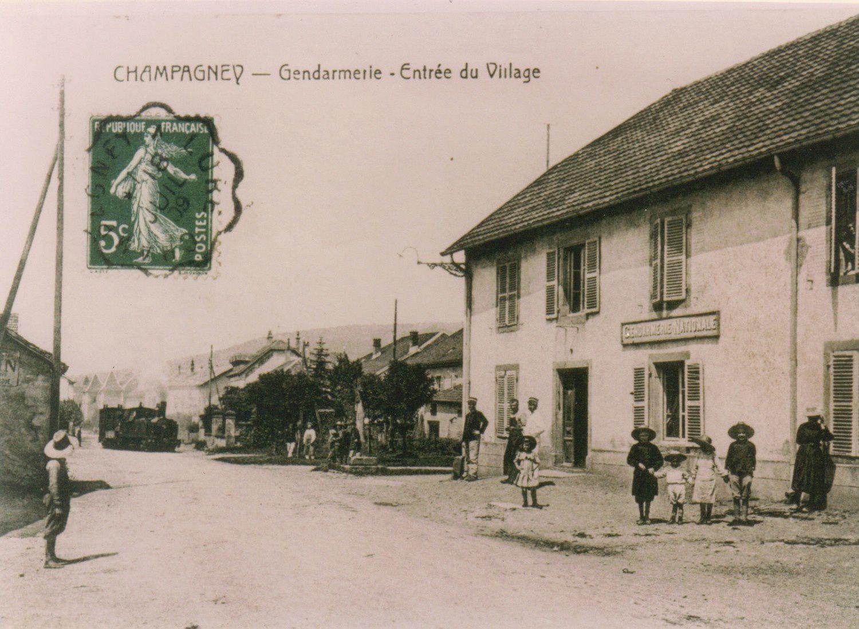 Le tram arrive au niveau de l'actuel monument aux morts. La gendarmerie est de nos jours un immeuble locatif.