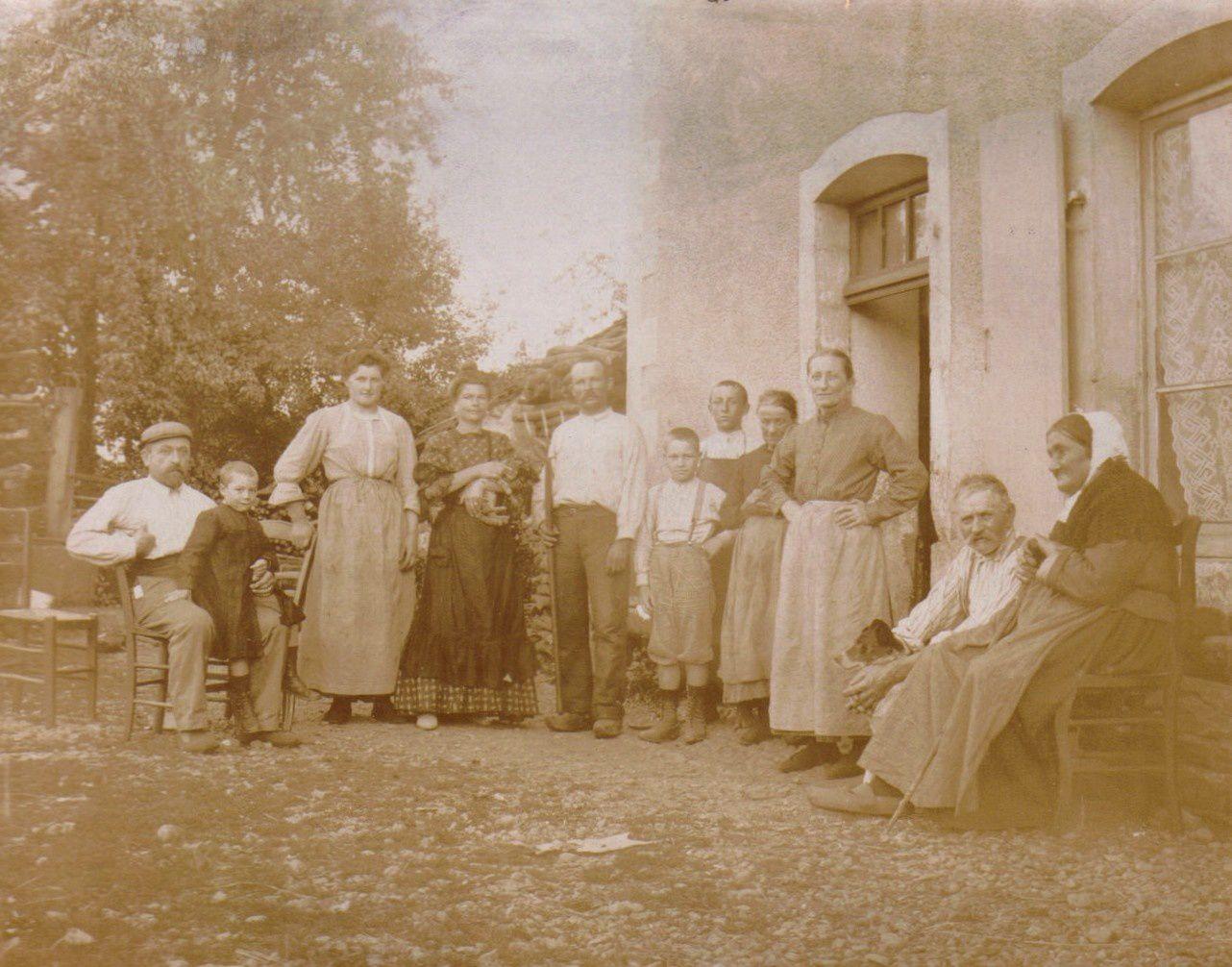 La famille Démésy-Petitgirard devant la ferme de la Bouverie en 1908 (photo Mozer).