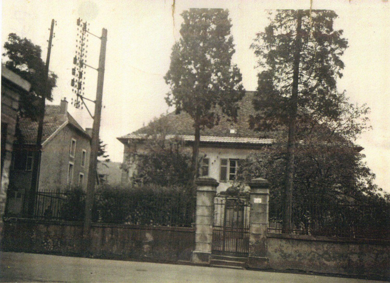 La maison François en 1947, située au centre, non loin du monument aux morts, elle date du XVIIIème siècle.