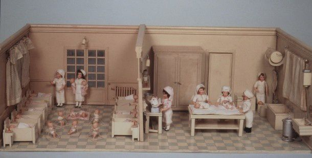 Maison de poupées et métiers  de soignantes