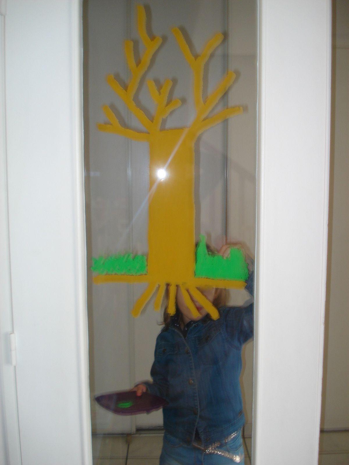 Voilà les débuts de l'arbre décoré par M. qui ne faisait pas la sieste hier...