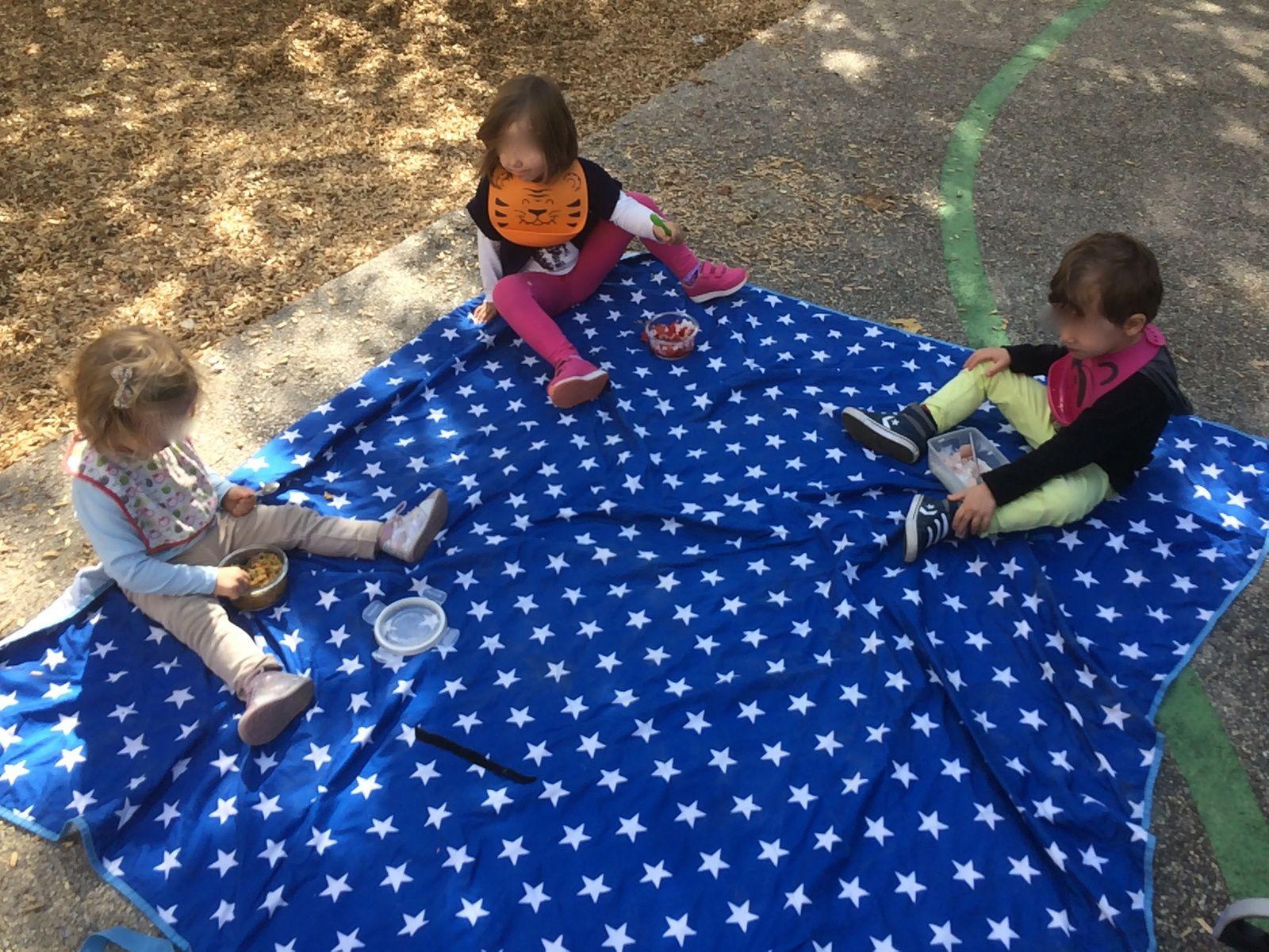 Pendant que les enfants jouaient, nous les nounous en avons profité pour manger aussi :))