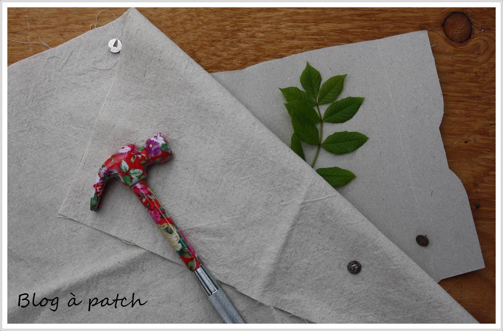 Matériel : 1 planche en bois, du carton, une feuille, du tissu et des punaises...
