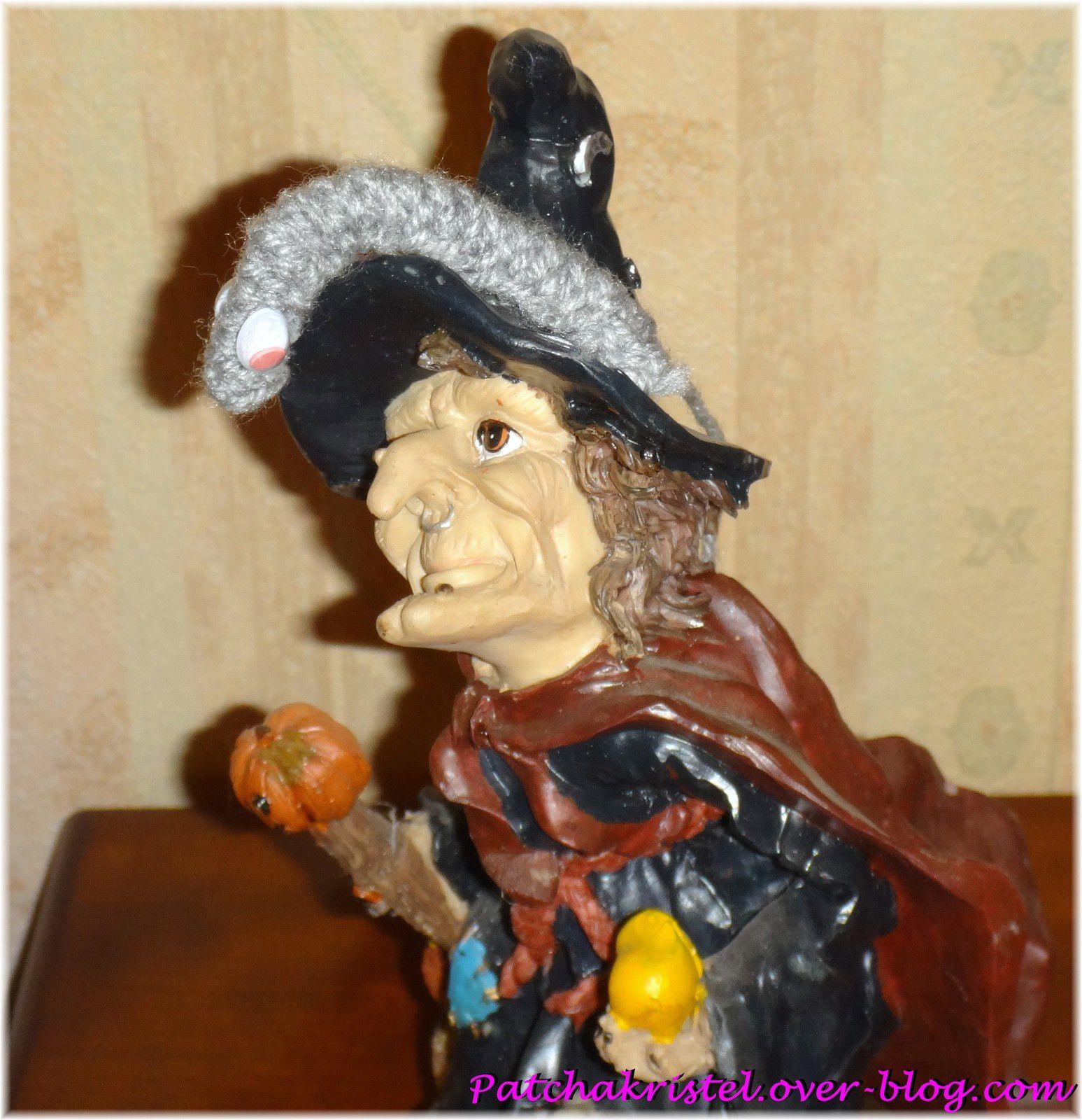 Décor pour Halloween - Portrait de la figurine d'une sorcière avec un ver de terre fait au tricot