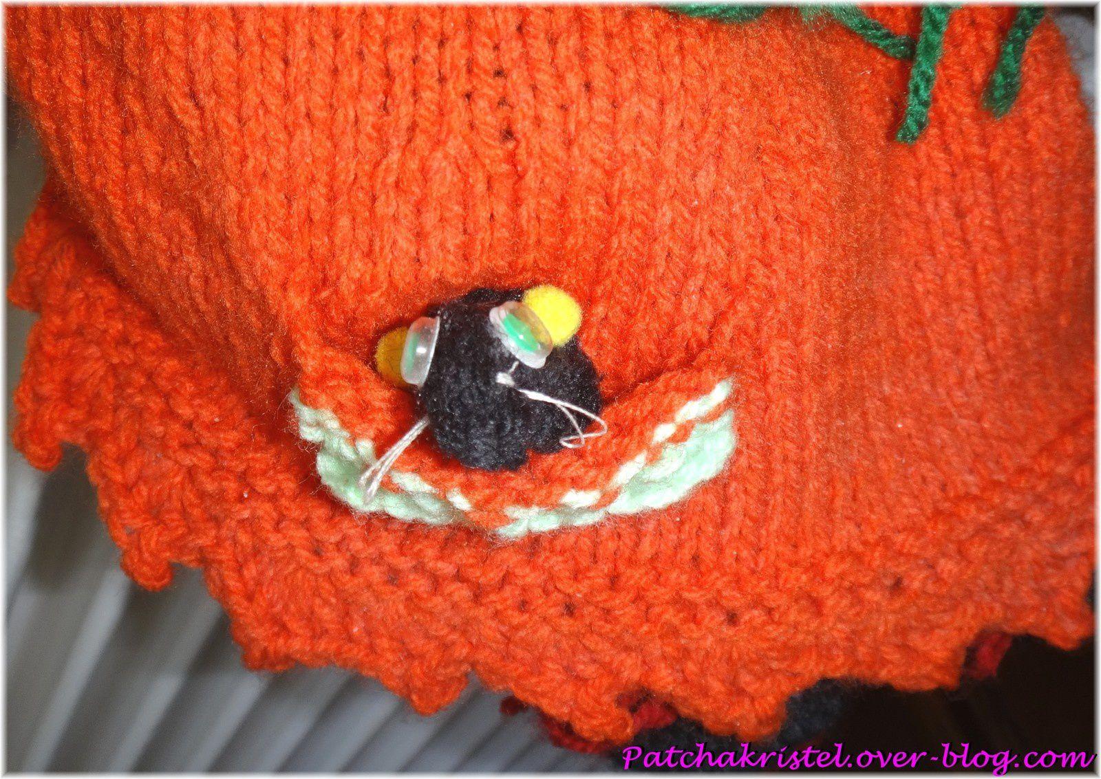 Décor pour Halloween - Sorcière faite à la main en tricot et crochet - zoom sur la poche avec une sourie